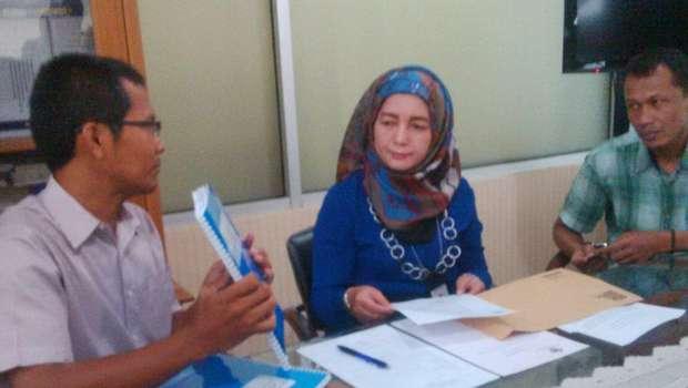 Perwakilan Indonesia Corruption Watch (ICW) Saat Mengadukan Pelanggaran Kode Etik Oknum BPK DKI ke BPK. (Foto: Detikcom)